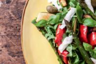 Antipasta-salat med asparges, peberfrugt og mozzarella