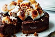 Brownie med kiksebund og skumfiduser