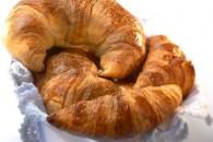 Croissanter med urteflødeost og røget laks