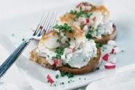 Crostini med røget torsk, purløg og radiser