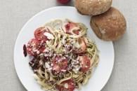 Frisk pasta med mynte og asparges samt blommetomater, parma og groft maltbrød