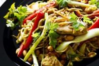 Kylling i wok med peanuts og nudler