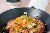 Kyllingepandebøf med gulerodssalat og nudler