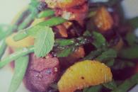 Lynstegt and med sukkerærter og asparges