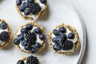 Minitærte med vaniljecreme og bær